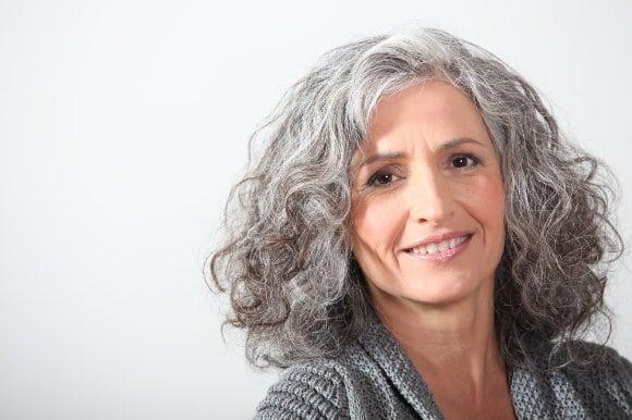 Hübsche ältere Dame mit Zahnimplantaten Berlin