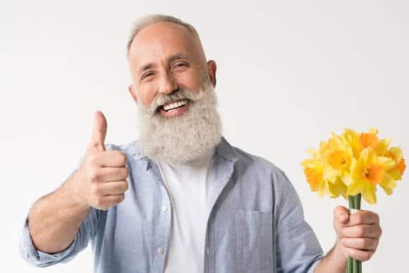 Lächelnder Mann mit Bart
