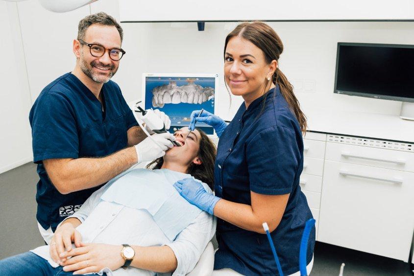 Einsatz des Intraoralscanners beim Zahnarzt für Veneers in Berlin